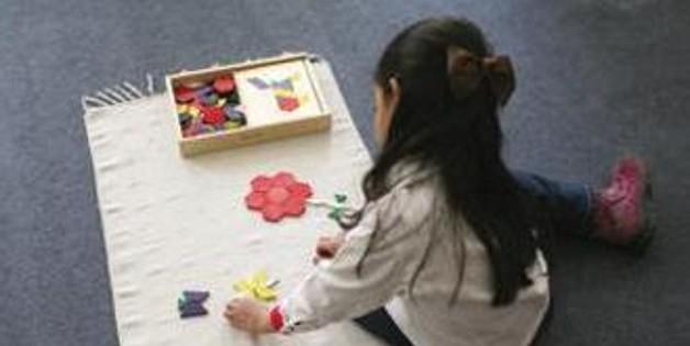 Una bambina in una scuola montessoriana